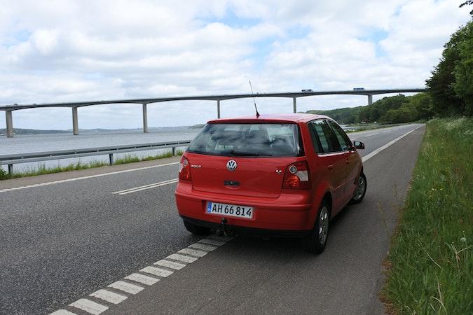 Billig billeje af VW Polo 1,4 - rød. Automatgear og træk nær 7100 Vejle.
