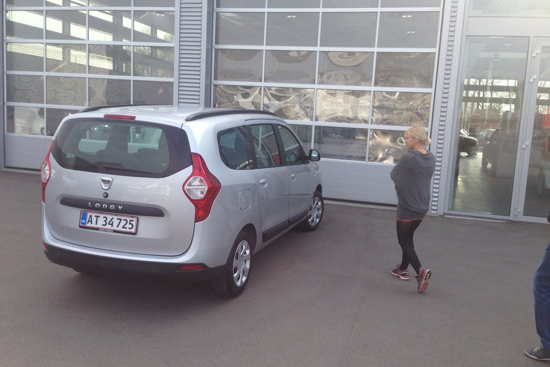 Billig billeje af Dacia Lodgy 1,5 med GPS nær 8382 Hinnerup.