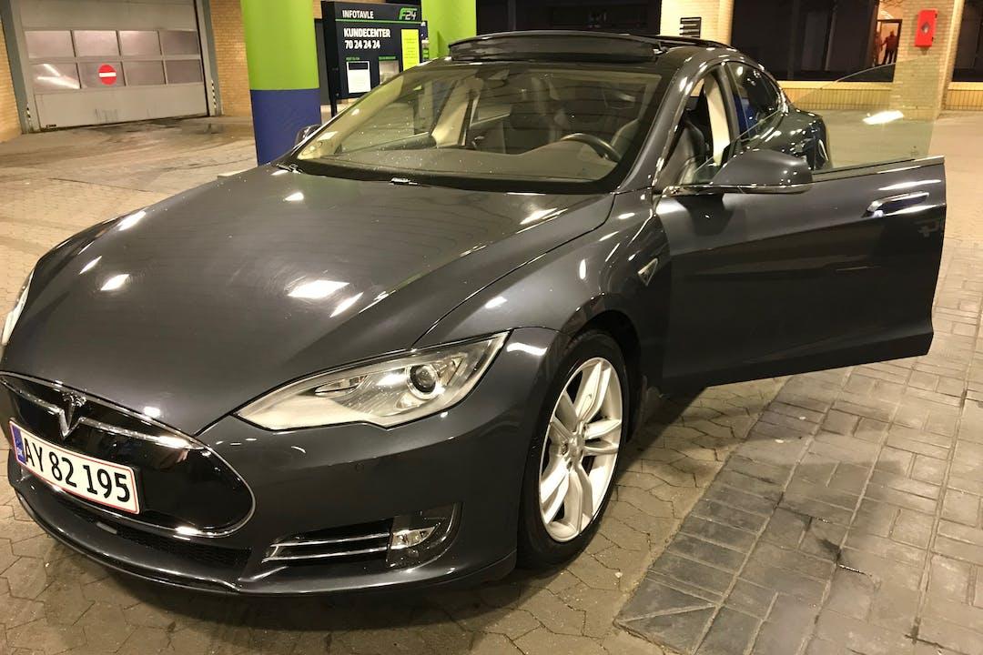 Billig billeje af Tesla Model S 85D  med GPS nær 2900 Hellerup.