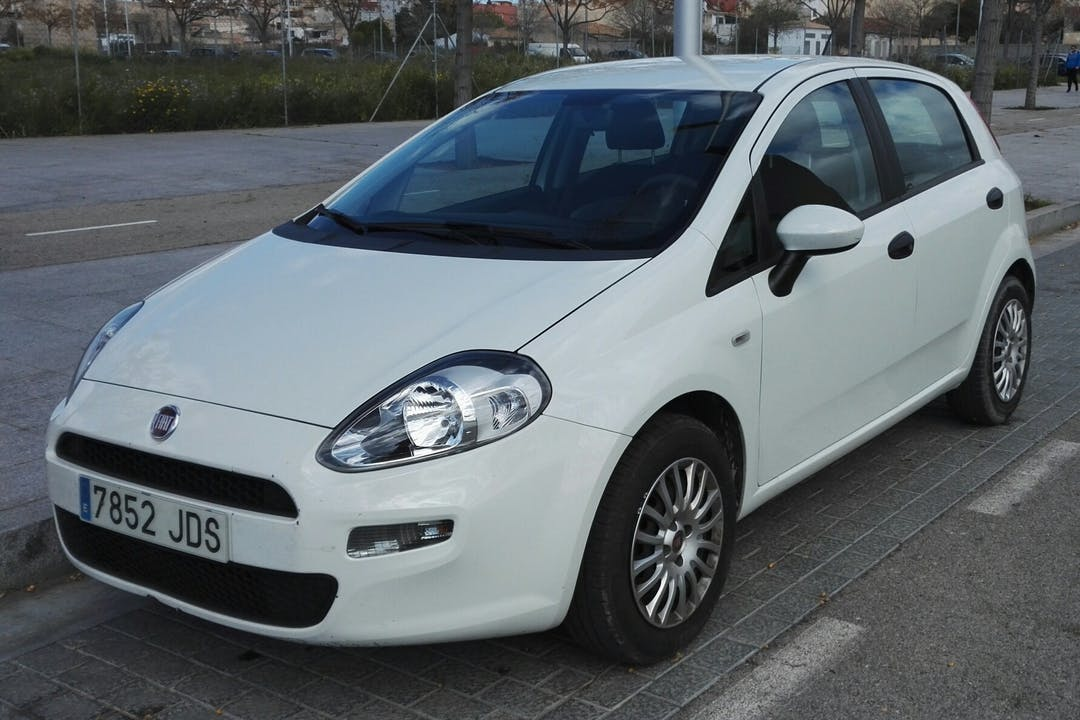 Alquiler barato de Fiat Punto 1.2 67 Easy cerca de 07010 Palma.
