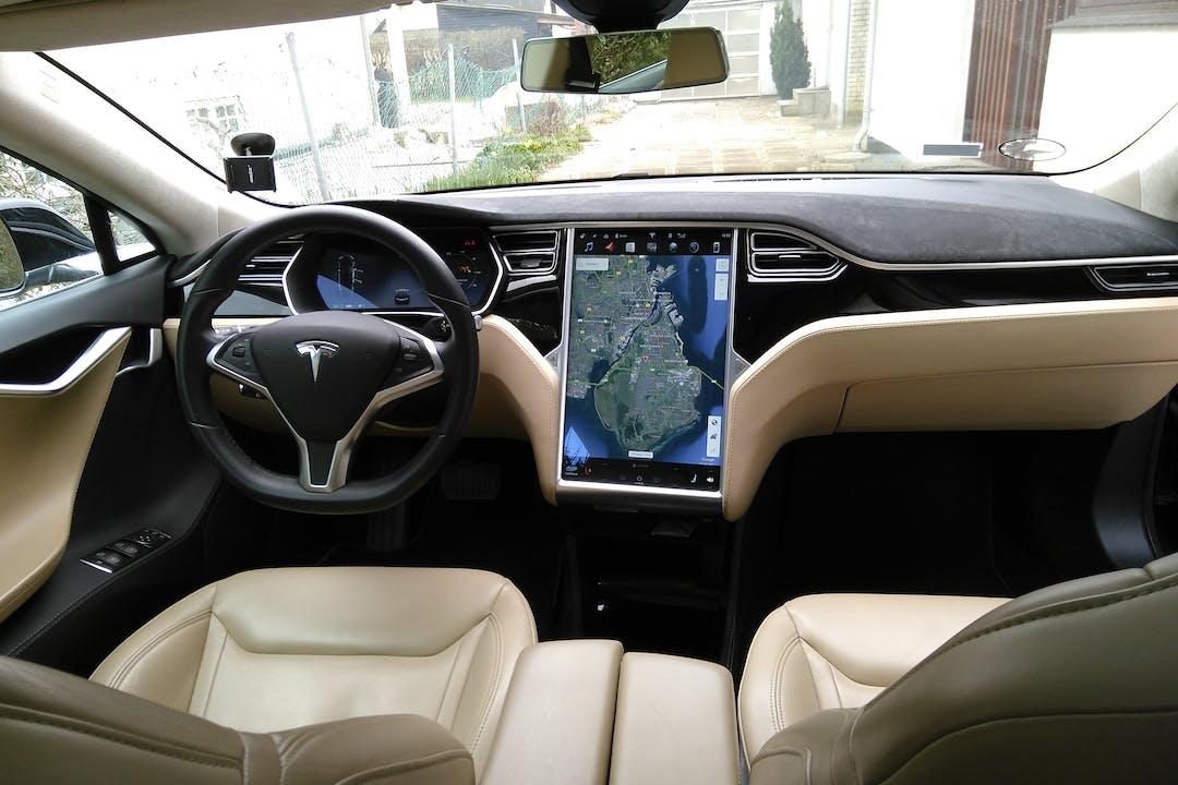 Billig billeje af Tesla Model S 85 med GPS nær 2300 København.