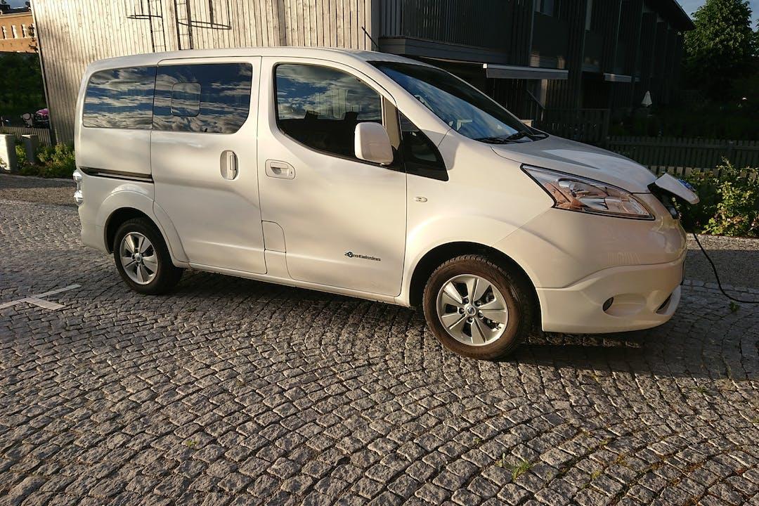 Billig biluthyrning av Nissan e-NV200 Evalia med GPS i närheten av 141 37 Stuvsta-Snättringe.