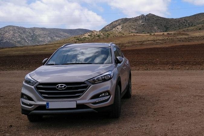 Alquiler barato de Hyundai Tucson 1.7crdi Bd Klass Nav 4x2 con equipamiento Fijaciones Isofix cerca de 18008 Granada.