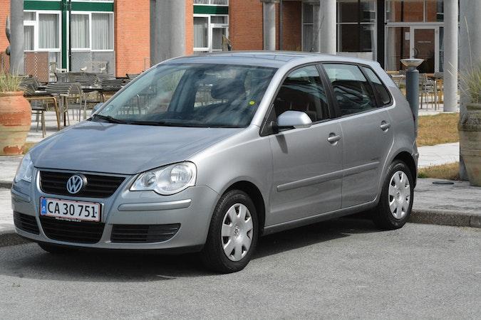 Billig billeje af VW Polo 1.4 - sølvgrå. Med træk og aircondition nær 7100 Vejle.