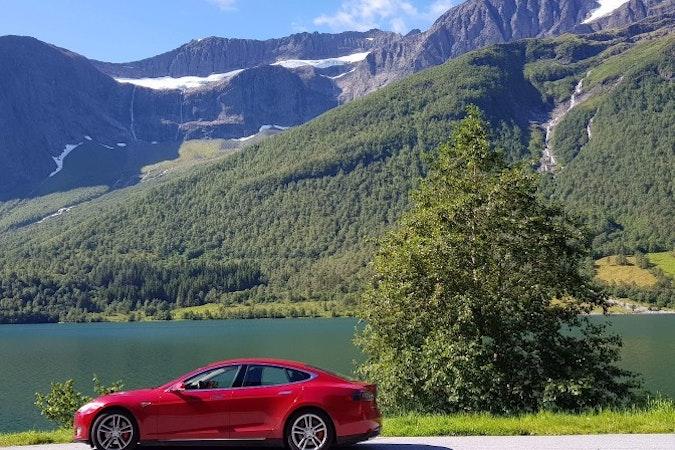 Billig leie av Tesla P85D  med Bluetooth nærheten av 0355 Oslo.