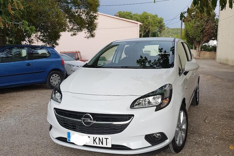 Alquiler barato de Opel Corsa 1.4 90 Selective con equipamiento GPS cerca de 08028 Barcelona.
