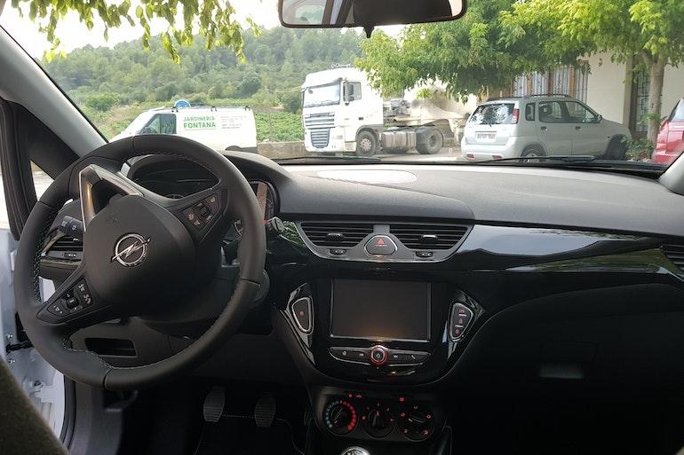 Alquiler barato de Opel Corsa 1.4 90 Selective con equipamiento Aire acondicionado cerca de 08028 Barcelona.