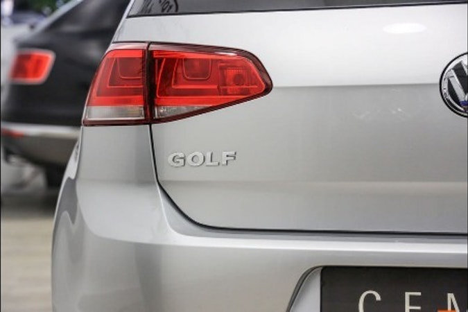 Alquiler barato de Volkswagen Golf Edition 1.2 Tsi105 Bmt con equipamiento Lector CD cerca de 37005 Salamanca.
