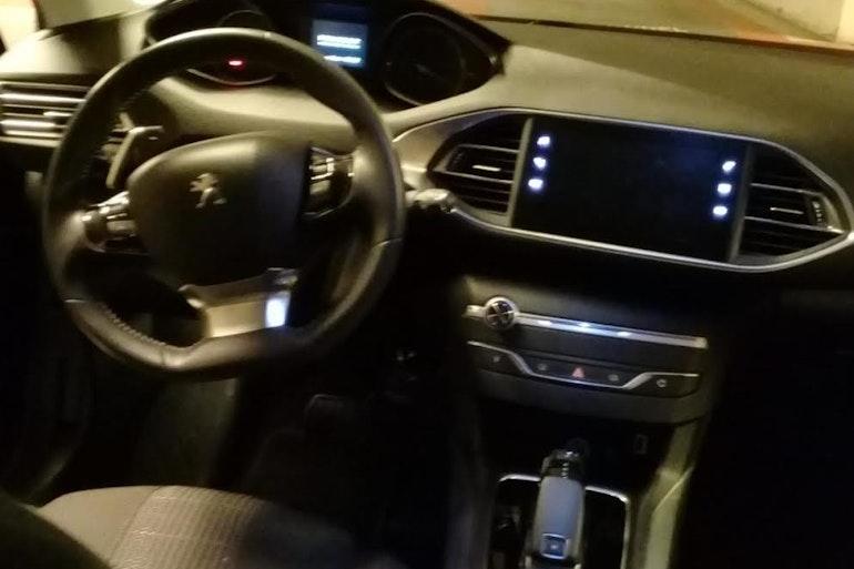 Location économique de voiture de Peugeot 308 avec Bluetooth proche de 92390 Villeneuve-la-Garenne.