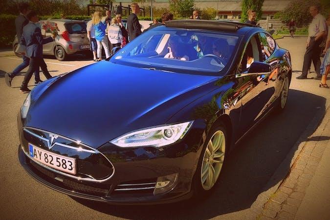 Billig billeje af Tesla Model S 85 med GPS nær 2200 København.