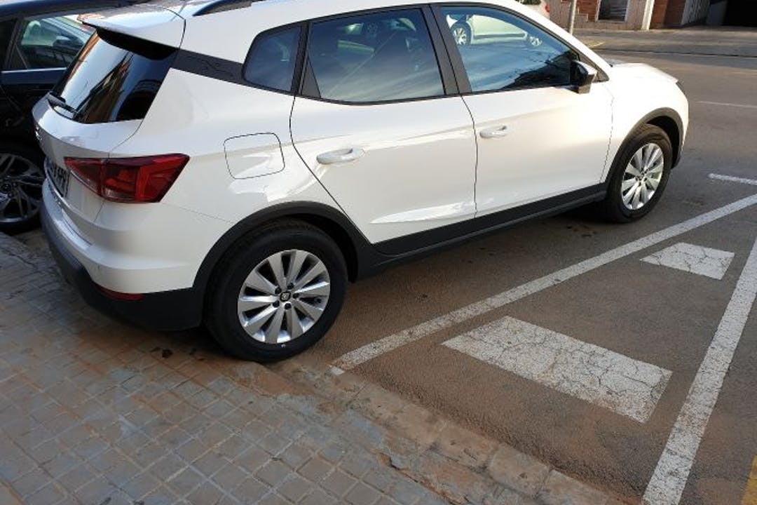 Alquiler barato de Seat Arona 1.6 Tdi 95 S&S Style con equipamiento Bluetooth cerca de 08840 Viladecans.