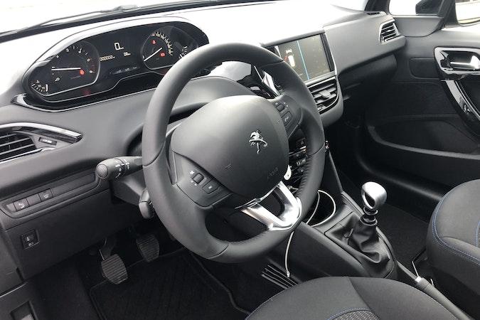Billig billeje af NY 2019 Peugeot 208 Signature Sky Diesel nær 8000 Aarhus.
