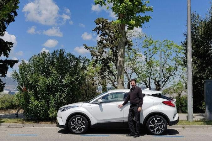 Alquiler barato de Toyota C-Hr 125H Advance con equipamiento GPS cerca de 08020 Barcelona.
