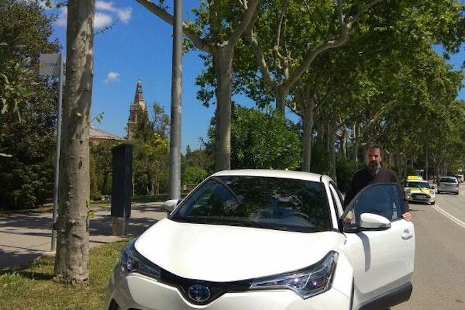 Alquiler barato de Toyota C-Hr 125H Advance con equipamiento Bluetooth cerca de 08020 Barcelona.