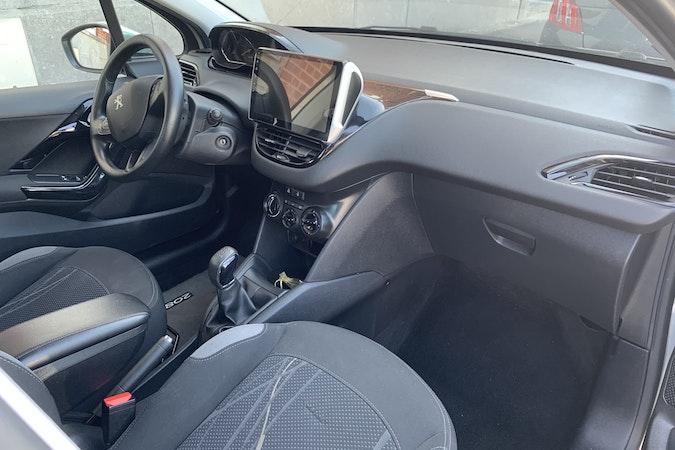 Location économique de voiture de Peugeot 208 avec Bluetooth proche de 59000 Lille.