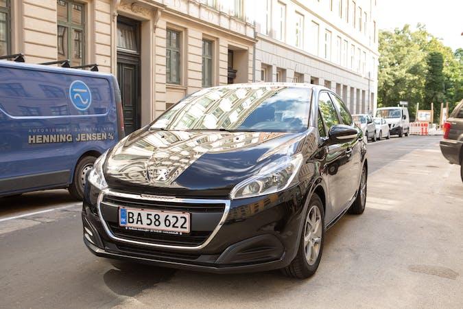 Billig billeje af Peugeot 208 1,6 BlueHDI Envy Sky nær 2200 København.