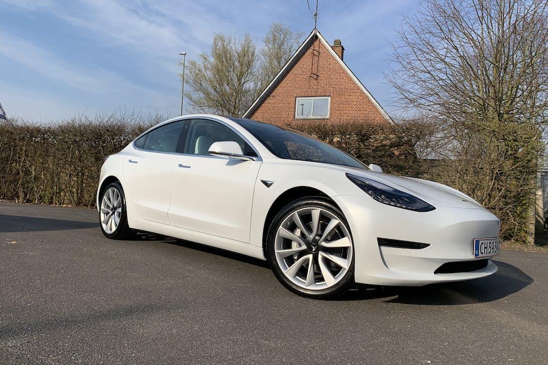Billig billeje af Tesla Model 3 med GPS nær  Odense.