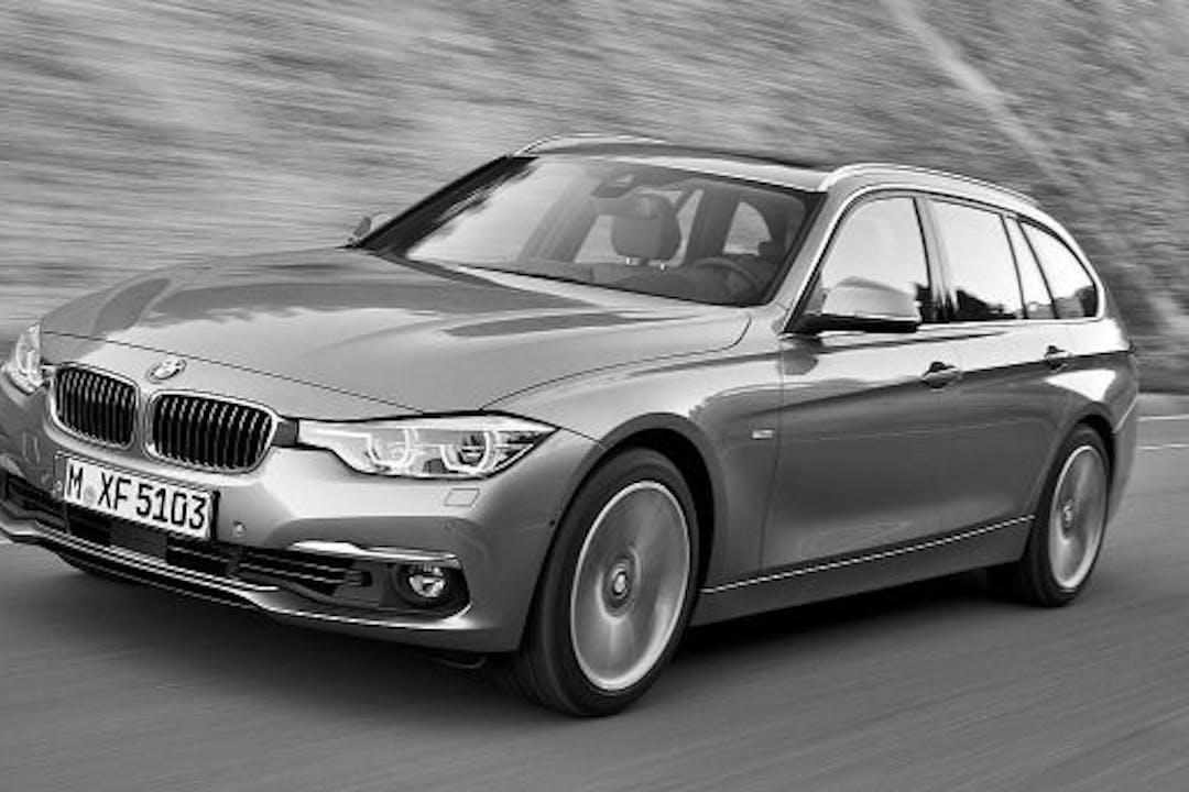 Billig biluthyrning av BMW 318 x-drive Touring med Dragkrok i närheten av  Enebymo.