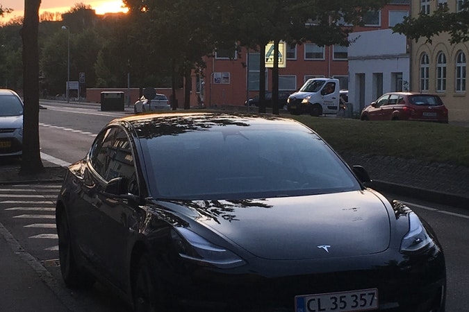 Billig billeje af Tesla Model 3 nær 2000 Frederiksberg.