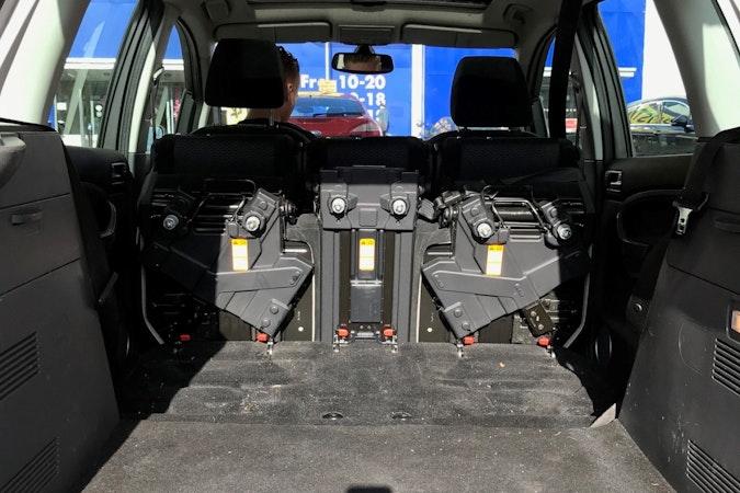 Billig biluthyrning av Ford C-Max Panorama i närheten av 113 59 Norrmalm.