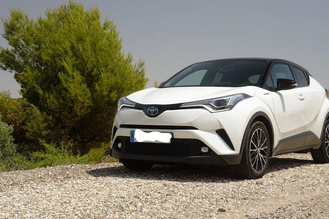 Alquiler barato de Toyota C-Hr 125H Advance con equipamiento GPS cerca de  Barcelona.