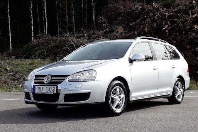 Billig biluthyrning av Volkswagen Golf Kombi med Dragkrok i närheten av  Stockholm.