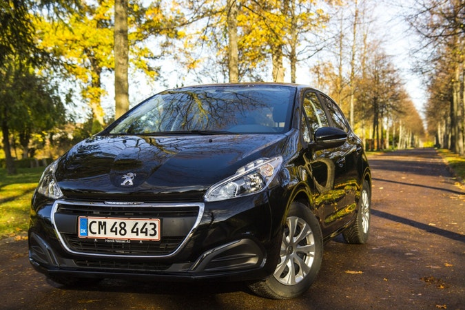Billig biluthyrning av Peugeot 208 Emotion+  i närheten av 2450 København.
