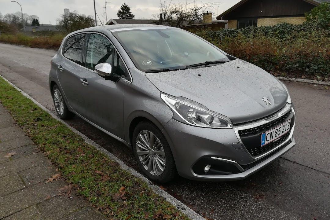 Billig billeje af Peugeot 208 med GPS nær 2730 Herlev.