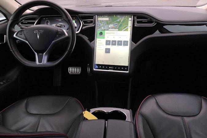 Billig biluthyrning av Tesla Model S med Snökedjor i närheten av 134 38 .