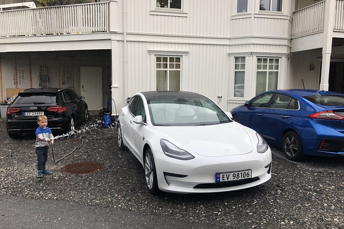 Billig leie av Tesla Model 3 med Vinterdekk nærheten av 5252 Fyllingsdalen.