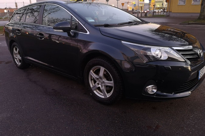 Billig biluthyrning av Toyota Avensis med Dragkrok i närheten av  .