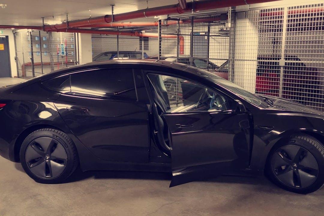 Billig biluthyrning av Tesla Model 3 med Aircondition i närheten av 162 43 Hässelby-Vällingby.