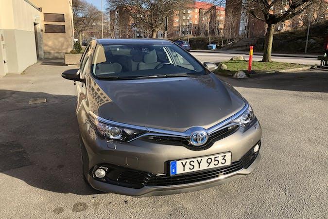 Billig biluthyrning av Toyota Auris Hybrid med Isofix i närheten av 129 36 Hägersten-Liljeholmen.