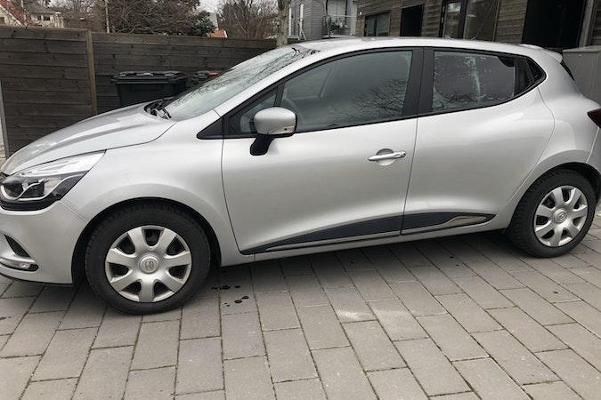 Billig biluthyrning av Renault Clio med Barnsäte i närheten av 141 45 Sjödalen.