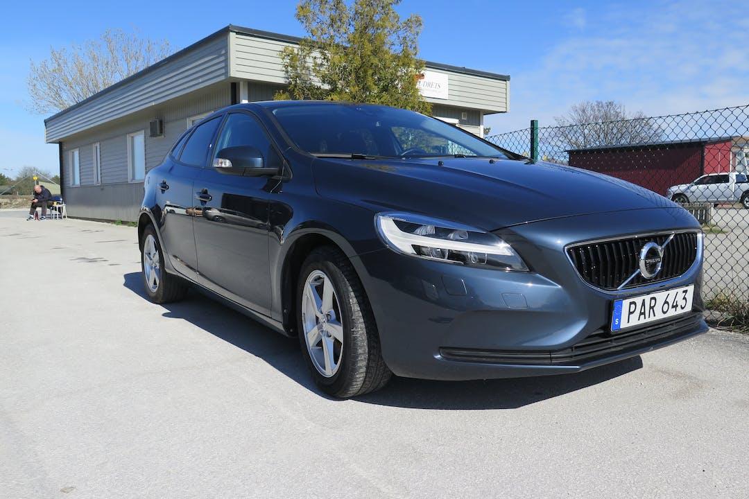 Billig biluthyrning av Volvo V40 i närheten av  Östra Visby.