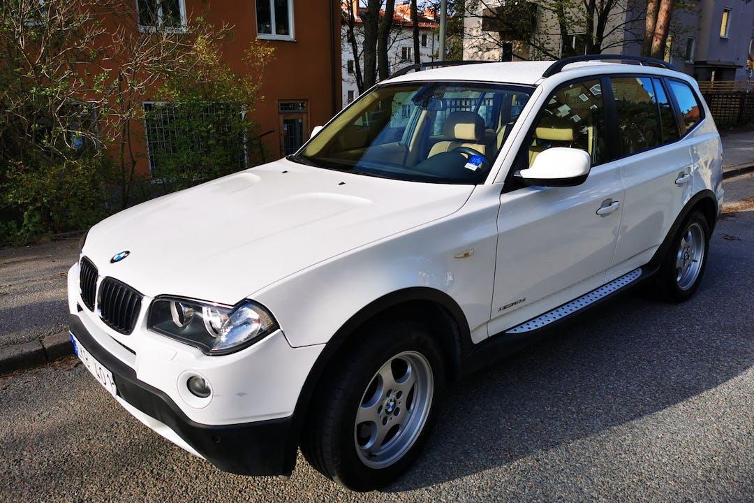 Billig biluthyrning av BMW X3 i närheten av  Enskede-Årsta-Vantör.