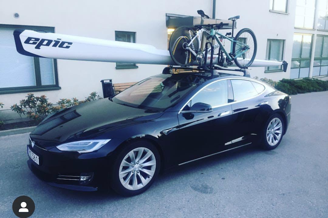 Billig biluthyrning av Tesla Model S i närheten av  Östermalm.