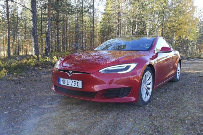Billig biluthyrning av Tesla Model S med GPS i närheten av 906 25 Ersboda.