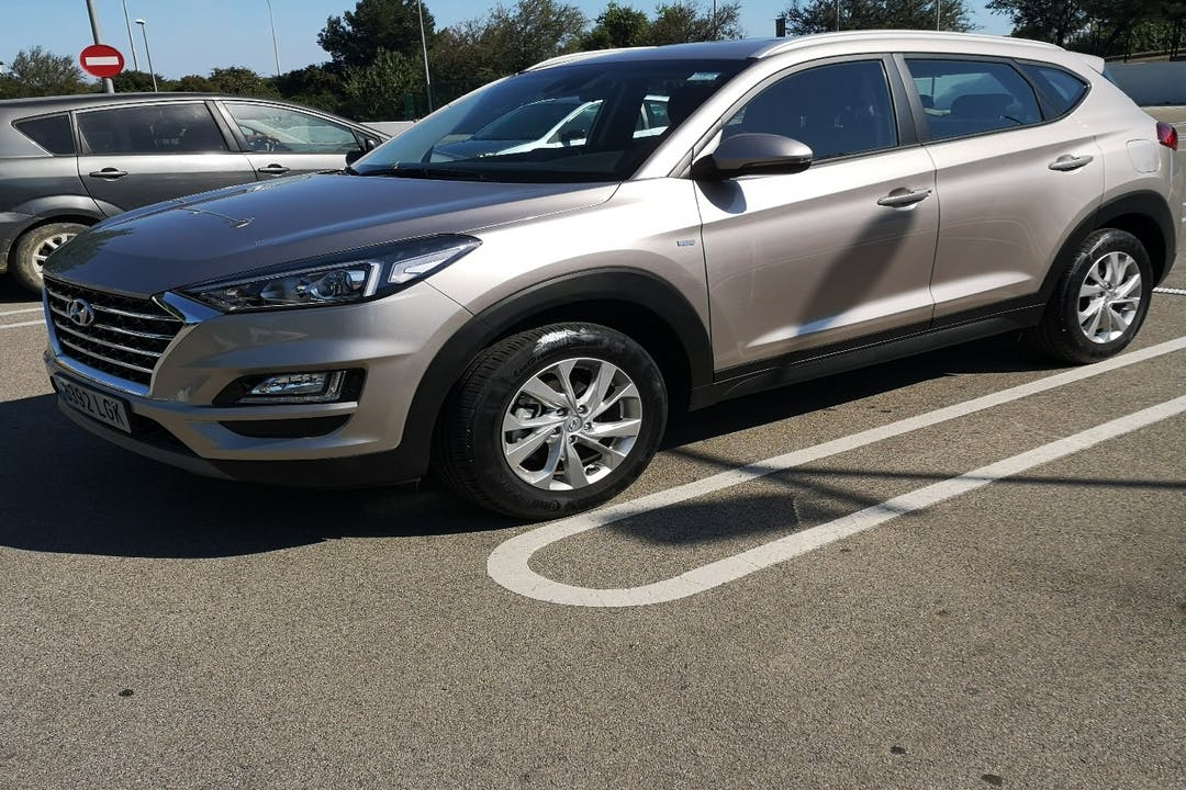 Alquiler barato de Hyundai Tucson con equipamiento Bluetooth cerca de 08940 Cornellà de Llobregat.