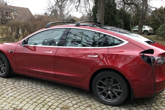 Billig biluthyrning av Tesla Model 3 i närheten av 131 33 Nacka.