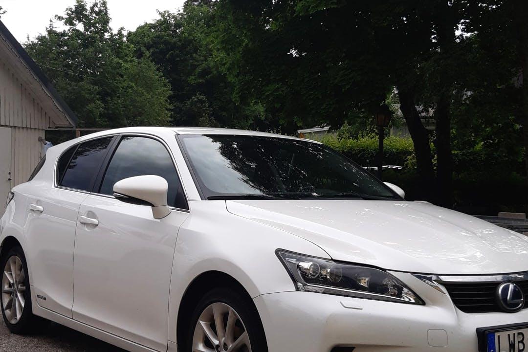 Billig biluthyrning av Lexus CT200 med GPS i närheten av 187 69 Gribbylund.