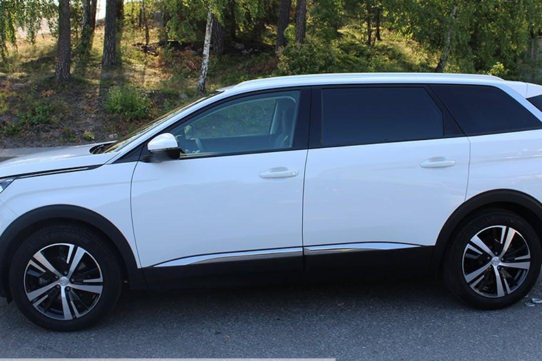 Billig biluthyrning av Peugeot 5008 med Aircondition i närheten av  Spånga-Tensta.