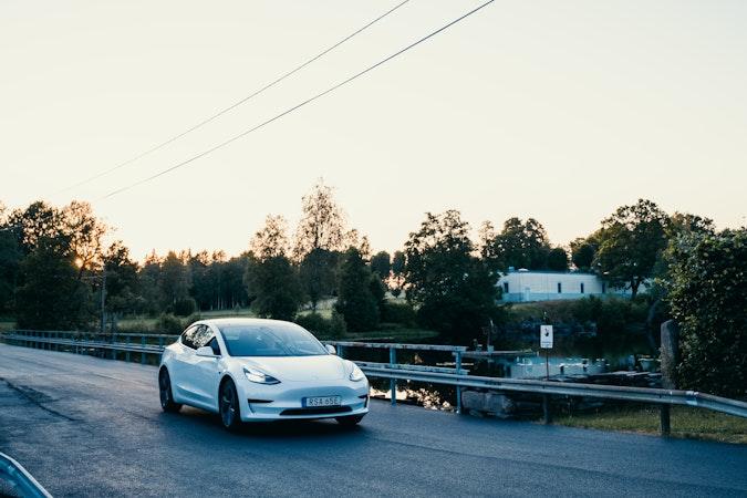 Billig biluthyrning av Tesla Model 3 i närheten av 192 71 Norrviken.