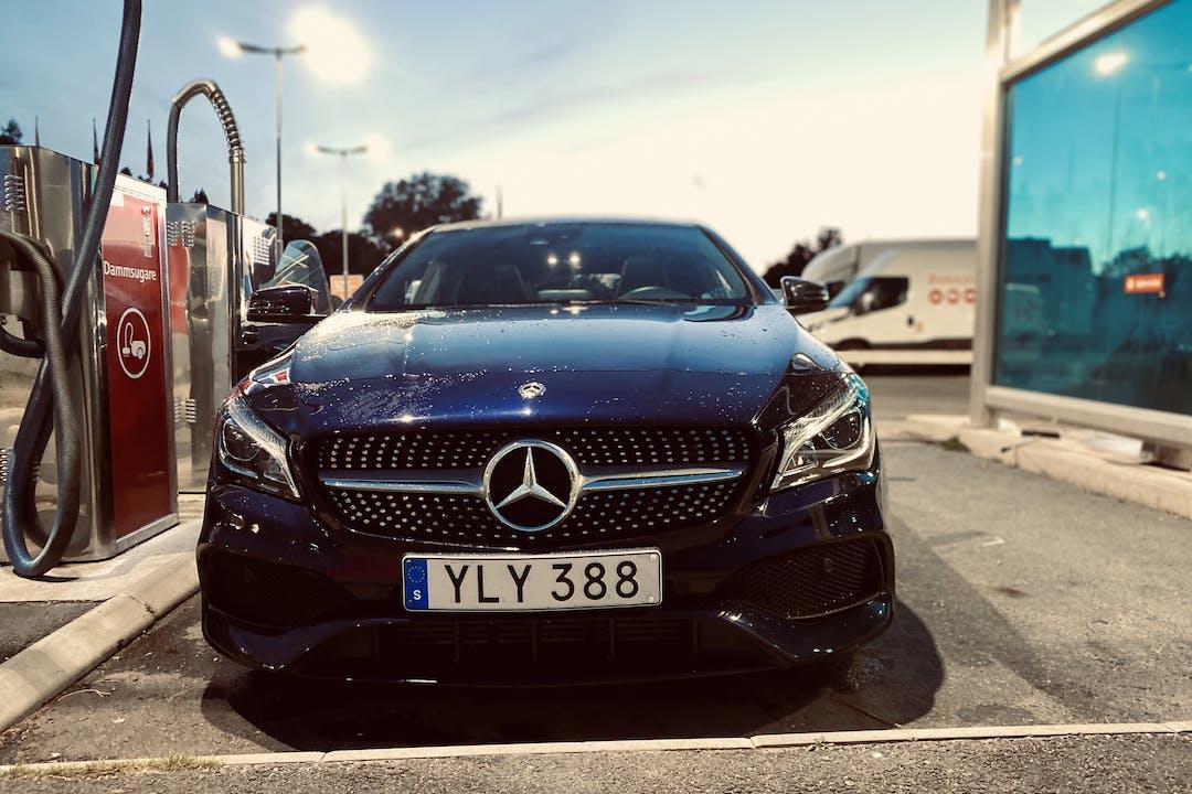 Billig biluthyrning av Mercedes CLA-Class med GPS i närheten av 165 76 Hässelby-Vällingby.