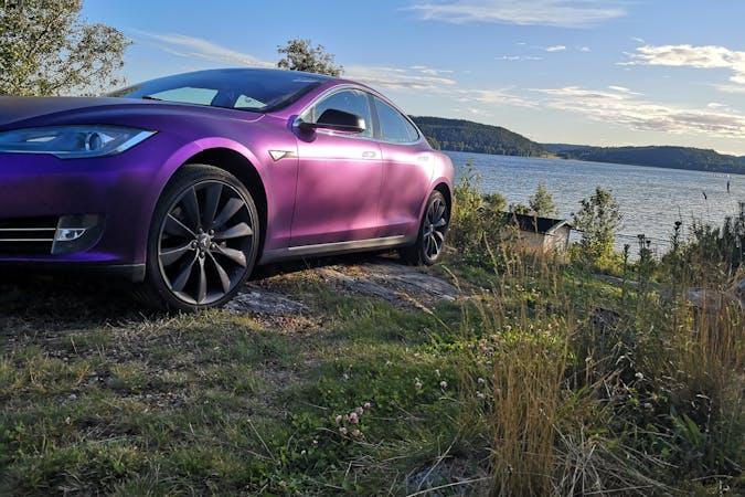 Billig biluthyrning av Tesla Model S i närheten av 431 31 Broslätt.