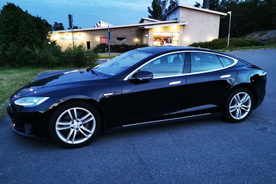Billig biluthyrning av Tesla Model S med Aircondition i närheten av  .