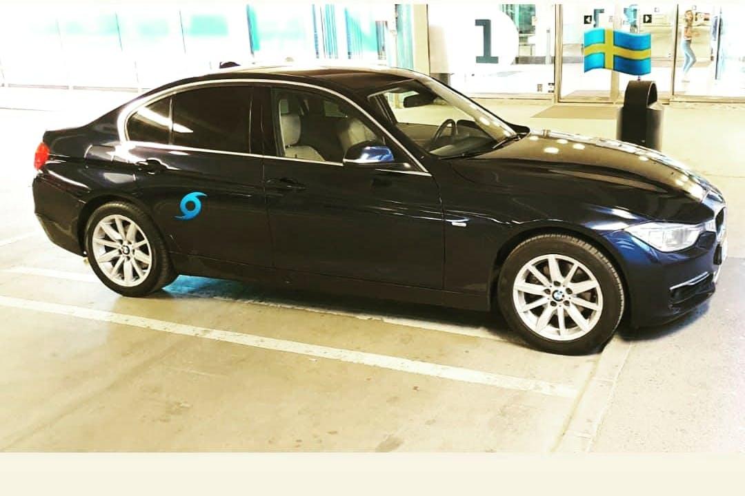 Billig biluthyrning av BMW 3 Series i närheten av 174 53 Hallonbergen.
