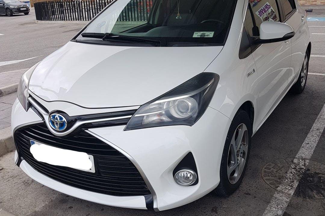 Alquiler barato de Toyota Yaris con equipamiento Bluetooth cerca de 28041 Madrid.