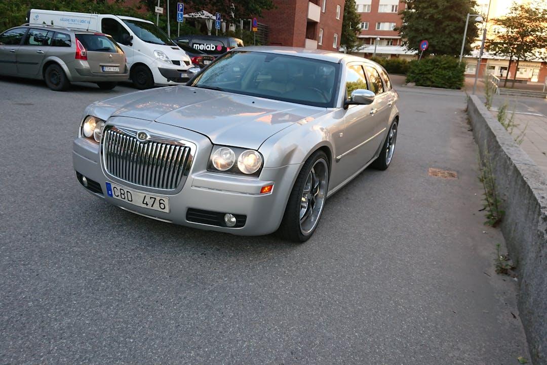 Billig biluthyrning av Chrysler 300C i närheten av  .
