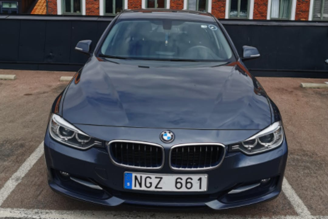 Billig biluthyrning av BMW 3 Series i närheten av 393 55 Berga-Bergavik.